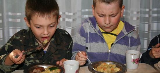 Dei kasta seg over maten med glupande appetitt, borna som nett var komne til den første av Open Heart sine sommarleirar i Ukraina sommaren 2012.